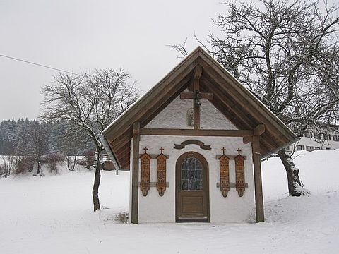 Winterpanorama mit Kapelle in Rattenberg