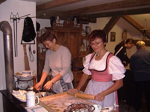 Traditionelles Backen im Heimatmuseum in Rattenberg